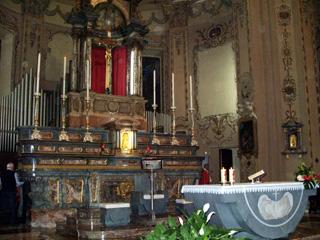 L'altare in marmo di Carrara