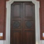 Il portale d'ingresso sotto il colonnato