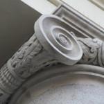Particolare di un capitello del colonnato