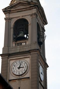 Particolare del campanile, l'orologio e le sei campane