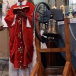 Il Parroco Don Giovanni Annovazzi benedice la campana durante la Santa Messa in Chiesa San Gaudenzio