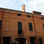 Edificio interno di Villa Ferrari, con visibile in alto il campanile in cui è allocata la campana del 1720
