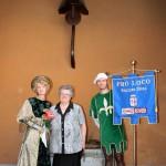 La Presidente della Pro Loco di Fagnano Olona, Sig.ra Armida Macchi Porta, con due figuranti davanti al cinquecentesco pozzo presente all'interno di Villa Ferrari