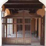 Antico portale in legno intarsiato, ingresso pedonale di Villa Ferrari