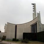il moderno campanile e la forma arrotondata della chiesa